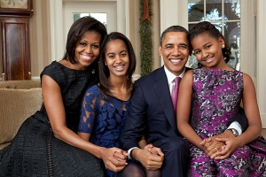 WASHINGTON, DC - DECEMBER 11: In this handout provided by the White House, (L - R) First Lady Michelle Obama, Malia Obama, U.S. President Barack Obama and Sasha Obama, sit for a family portrait in the Oval Office on December 11, 2011 in Washington, D.C. (Photo by Pete Souza/White House via Getty Images)